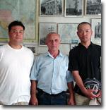 Джалил Султанов и посетители музея. Фото ИА Фергана.Ру