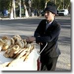 Так продают лепешки прямо на улицах Ферганы. Фото ИА Фергана.Ру