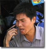 Молодой китаец-торговец на рынке в Карасуу