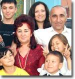 Семья Очиловых и их работники. Мехриниса в центре.