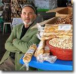 Молодой продавец на Алайском базаре. Фото ИА Фергана.Ру