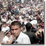 Жители Андижана на центральной площади города. 13 мая 2005 года. Фото AP
