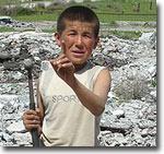 Дети охотятся за металлической арматурой. Фото ИА Фергана.Ру