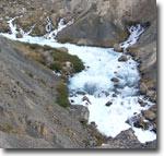 Каньон в нижнем бьефе завала, где вода, прошедшая через завальную плотину, выходит в виде родников. Фото Л.П.Папырина