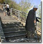 В настоящее время паломники поднимаются к худжре Бабура по благоустроенным лестницам. Фото ИА Фергана.Ру