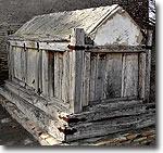 Древний колодец, спрятанный под деревянным саркофагом. Фото ИА Фергана.Ру