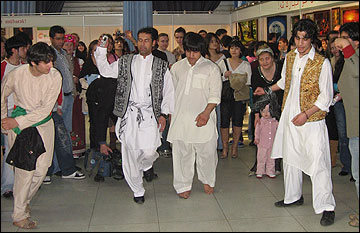 Афганцы танцуют на праздновании Навруза в 2007 году (Москва, ВДНХ)