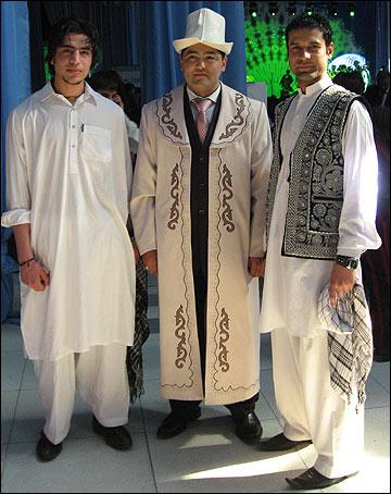 Члены афганской общины (по бокам)