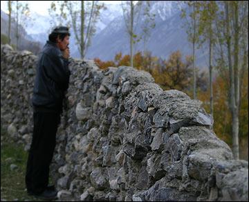 Каменный забор в горах на юге Ферганской долины