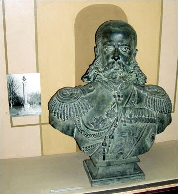 Бюст генерала М.Д.Скобелева, и фото монумента (слева). Фото ИА Фергана.Ру, 2004, сделано в Ферганском краеведческом музее