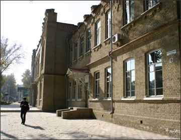 Главный корпус госуниверситета в Фергане. Фото ИА Фергана.Ру, 2005