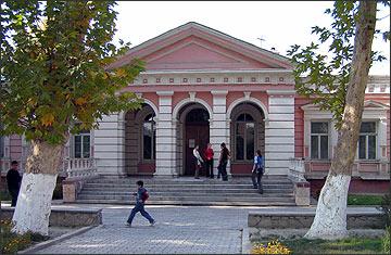 Дом культуры №1 (бывш. женская гимназия, 1890 г.). Фото ИА Фергана.Ру, 2005