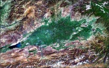 Так выглядит Ферганская долина из космоса. Фото Maps.Google.Com