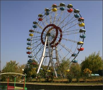 Колесо обозрения в ферганском парке. Фото ИА Фергана.Ру, 2005