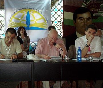 В.Пластун читает доклад на конференции. Фото ИА Фергана.Ру