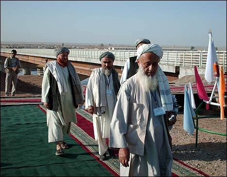 Афганские старики переходят через мост. Фото с ИА Фергана.Ру