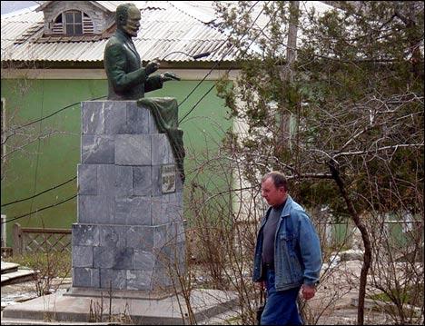 Памятник Чайковскому в Янгиабаде. Фото Игоря Ротаря