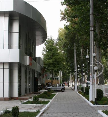 Офисы, магазины и кафе по ул. Фрунзе. Фото Фергана.ру