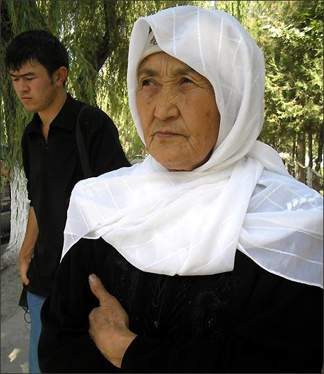 Жибек Асанова, бабушка одной из девочек. Фото ИА Фергана.Ру