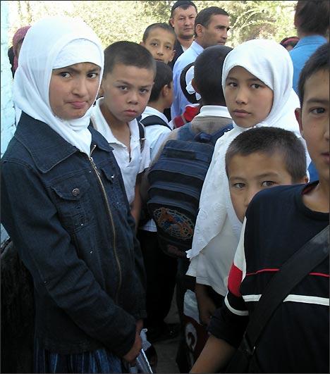 Девочки в платках среди школьников. Фото ИА Фергана.Ру