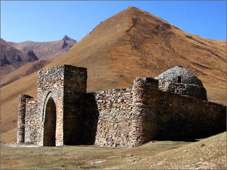 Крепость Таш-Рабат на заре. Фото автора