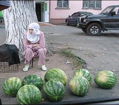 Мусульманка, торгующая урджарскими арбузами. Фото ИА Фергана.Ру