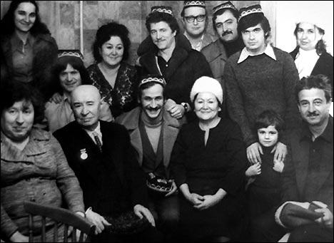 Леонид Филатов (в центре), Марк Вайль (в правом верхнем углу, в тюбетейке)
