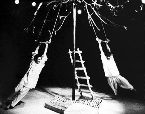 Фотография сцены из спектакля Белый белый черный аист
