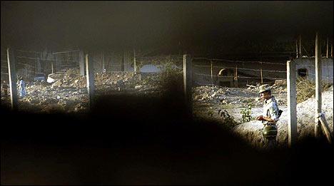 Коммерсанты подсматривают в щель в заборе, когда солдат уйдет или даст команду проходить...