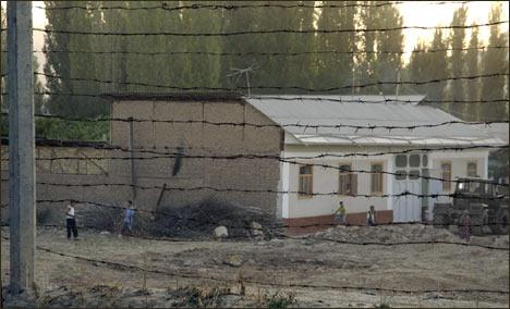 Территория Узбекистана: три ряда домов перед колючей проволокой снесены бульдозерами