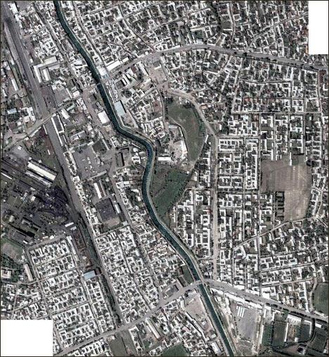 Город Карасуу на узбекско-киргизской границе. Фото Maps.Google, 2004 г.