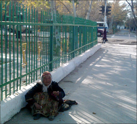 Beggar in Nukus. Photo by Ferghana.Ru news agency