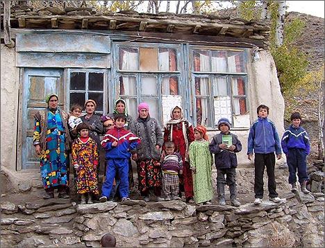В ожидании наплыва туристов. Ягнобские жители возле своих домов. Фото ИА Фергана.Ру