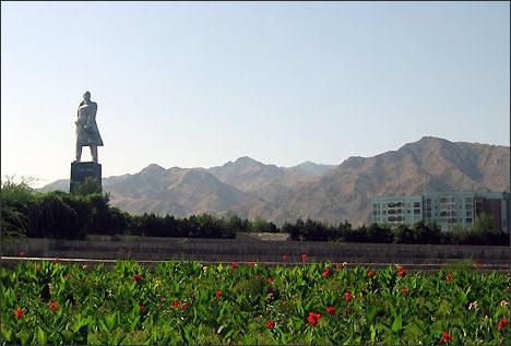 V.Lenin monument in Khujand (Tajikistan)