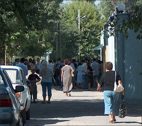 Возле входа в посольство России в Ташкенте. Фото ИА Фергана.Ру