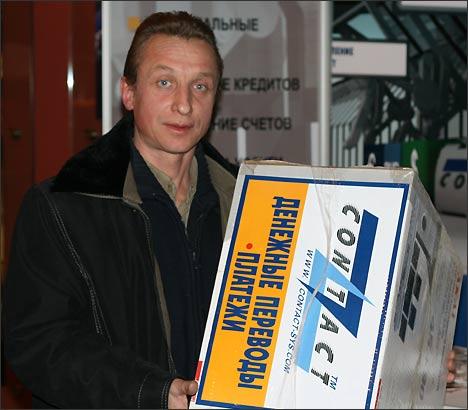 Счастливый обладатель ценного приза от системы денежных переводов Contact. 25 декабря 2007 г., Москва. Фото ИА Фергана.Ру