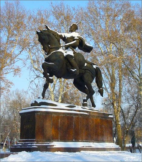 Памятник А.Темуру в Ташкенте в снегу