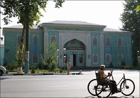 Дом культуры шелкомотальной фабрики. Фергана, Узбекистан
