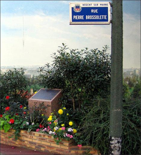 Дом, в котором проживал Мустафа Шокай, находится в пригороде Парижа, в городке Ножан-Сюр-Марн. Там и находится мемориальная доска на углу двух улиц