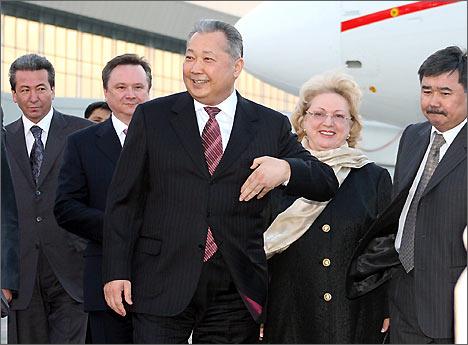 Курманбек Бакиев в аэропорту Манас, 28 марта 2008 года. Фото ИА Фергана.Ру