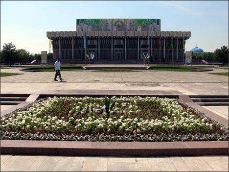Цветник на месте монумента ДРУЖБЫ НАРОДОВ. Ташкент, 14 апреля 2008 года