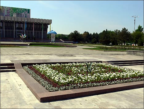 It took only one day to plant the bed of flowers at the place of famous monument of people's friendship. Tashkent, April 14, 2008