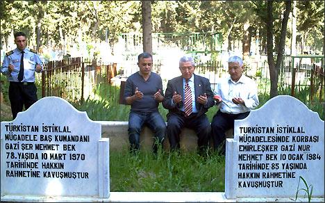 У могилы Шерматбека и Нурматбека в г. Адане. Справа налево: Чагатай Кочар, Мехмет Салих Кавунджу и автор