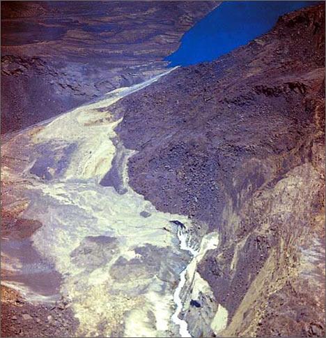 Озеро Сарез. Вид на каньон в нижнем бьефе завальной плотины