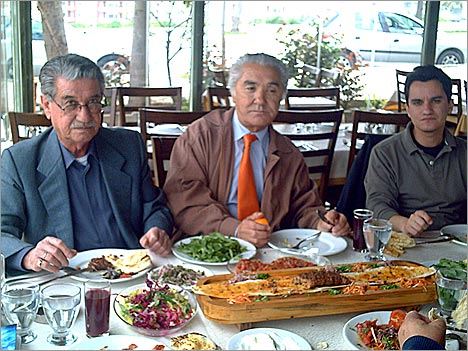 Слева направо: Узбек Долгунчай, Селахаттин Кавунджу и Дженгиз Долгунчай. г. Адана, март 2008 г.</p> <p>