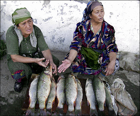 On the Farkhad fish bazaar. Photo by Ferghana.ru