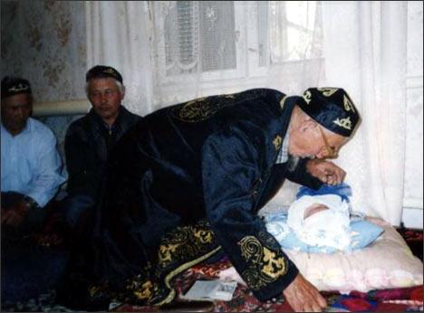 Мулла дает имя 7-дневному младенцу. Поселок Урал. Фото автора
