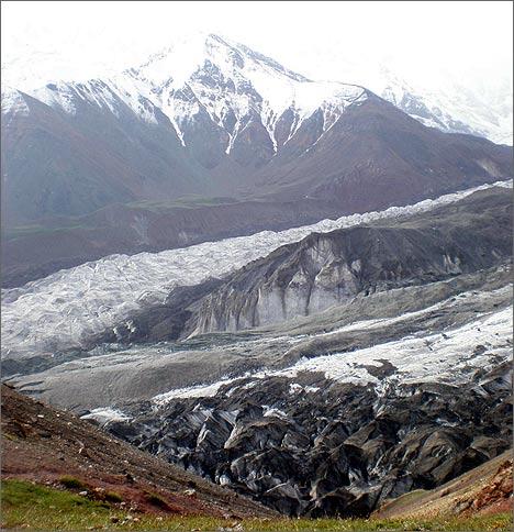 Пик Ленина. Ниже – ледник Ленина