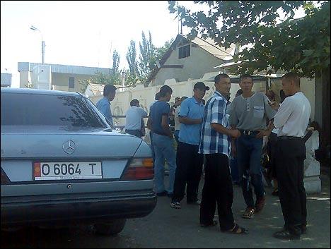 Владельцам машин с киргизскими номерами придется подождать открытия узбекской границы еще пару дней. Фото автора