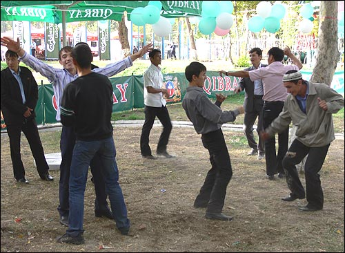 Фестиваль пива в Ташкенте. Мужские танцы